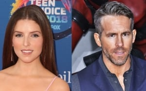Anna Kendrick 'Shades' Ryan Reynolds at Teen Choice Awards
