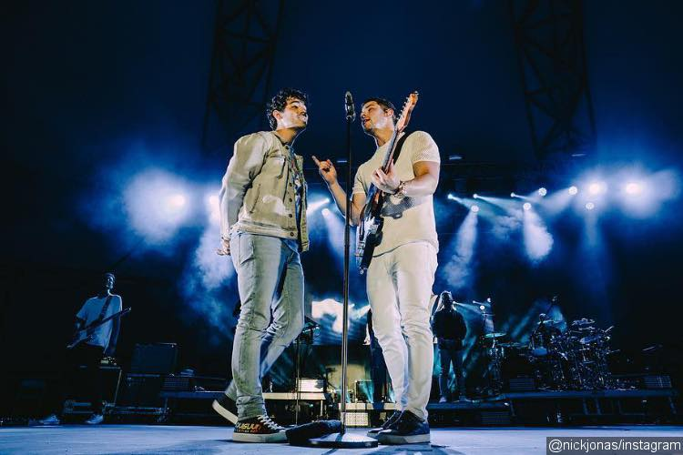 Joe and Nick Jonas Cause Fan Frenzy With Joint Performance