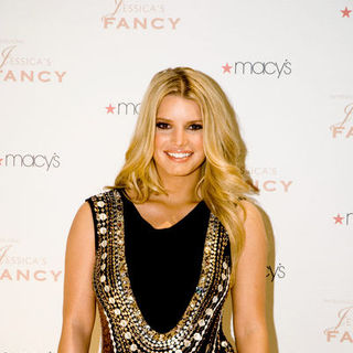 Jessica Simpson - Jessica Simpson Introduces Her New Fragrance At Macy's On State Street Chicago - December 6, 2008