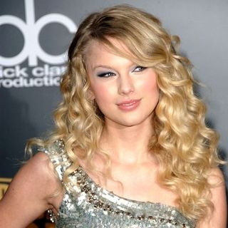 Taylor Swift in 2008 American Music Awards - Arrivals