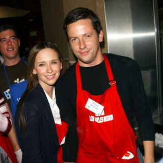 Ross McCall in Los Angeles Mission Thanksgiving Meal For The Homeless - ALO-040862