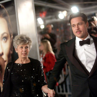 "Brad Pitt, Angelina Jolie in ""The Curious Case Of Benjamin Button"" Los Angeles Premiere - Arrivals"