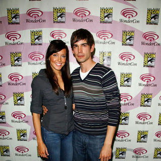 Katie Cassidy, Christopher Gorham in Wonder Con - Day 3