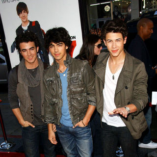 "Jonas Brothers in ""17 Again"" Los Angeles Premiere - Arrivals"