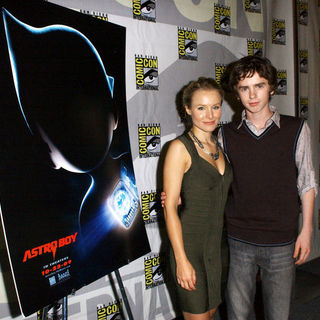 Kristen Bell, Freddie Highmore in 2009 Comic Con International - Day 1