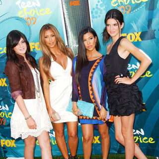 Kylie Jenner, Kim Kardashian, Kourtney Kardashian, Kendall Jenner in 2009 Teen Choice Awards - Arrivals