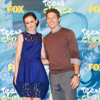 Alexis Bledel, Zach Gilford in 2009 Teen Choice Awards - Press Room