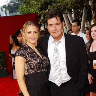 Charlie Sheen, Brooke Mueller in The 61st Annual Primetime Emmy Awards - Arrivals