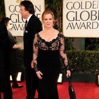 Elizabeth Perkins in 66th Annual Golden Globes - Arrivals