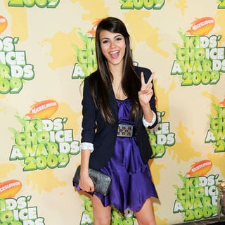 Victoria Justice in Nickelodeon's 2009 Kids' Choice Awards - Arrivals