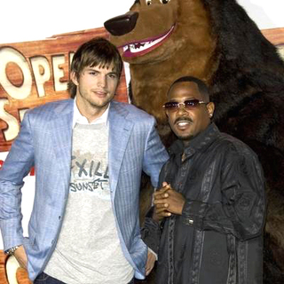 Ashton Kutcher, Martin Lawrence in Open Season Los Angeles Premiere - Red Carpet