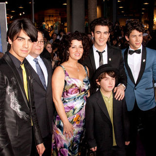 "Jonas Brothers, Denise Jonas, Paul Jonas, Frankie Jonas in ""Jonas Brothers: The 3D Concert Experience"" World Premiere - Arrivals"