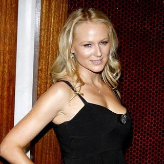Jewel Kilcher in Launch of Dr. Rey's Shapewear