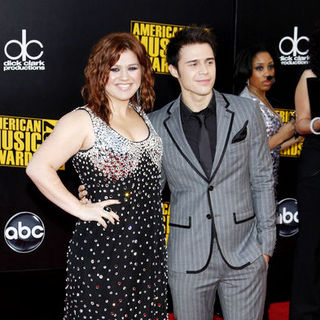 Kelly Clarkson, Kris Allen in 2009 American Music Awards - Arrivals