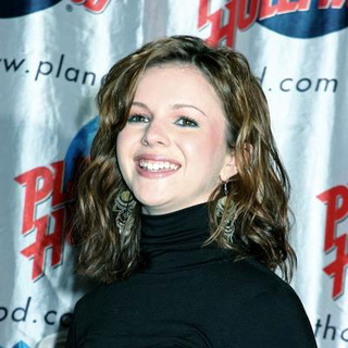 Amber Tamblyn in Cast of Sisterhood of the Travelling Pants Donates Memorabilia to Planet Hollywood