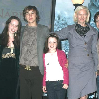 Skandar Keynes, Anna Popplewell, William Moseley, Georgie Henley, Tilda Swinton, James McAvoy in The Chronicles of Narnia: The Lion, The Witch and The Wardrobe Book Rading and Signing