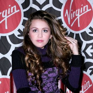 Miley Cyrus - Miley Cyrus In Store Event to Promote the Soundtrack to Hannah Montana at the Virgin Megastore