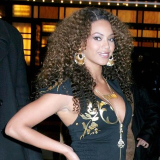 Beyonce Knowles - Beyonce Knowles Departing From MTV's TRL on 02-28-07