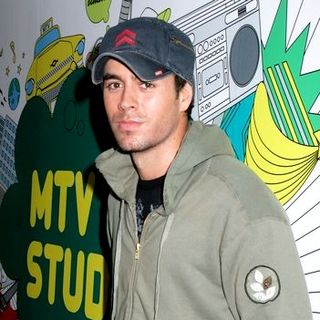 Enrique Iglesias in Enrique Iglesias Appears On MTV's Mi TRL to Promote His New CD Insomniac