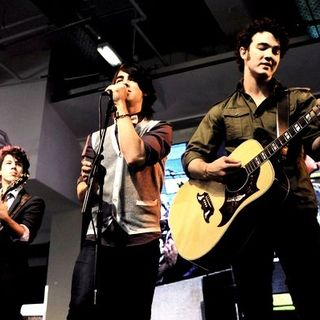 Jonas Brothers - The Jonas Brothers in Concert to Promote Their New Album at HMV - June 27, 2008