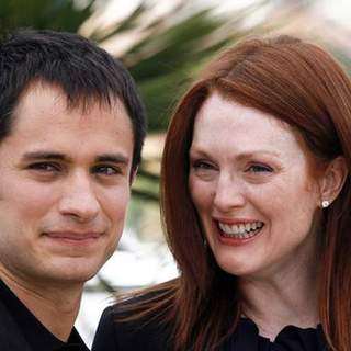 "Gael Garcia Bernal, Julianne Moore in 2008 Cannes Film Festival - ""Blindness"" Photocall"