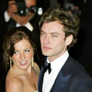 Sienna Miller, Jude Law in 2004 Vanity Fair Oscar Party