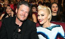 Gwen Stefani Gets Big Kiss From Blake Shelton at 2016 RDMAs