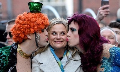 Amy Poehler Kissed by Men in Drag During Hasty Pudding's Woman of the Year Parade