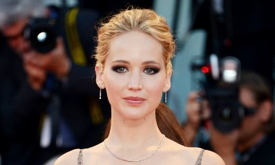 Braless Jennifer Lawrence Hits Red Carpet of 'mother!' Premiere With Darren Aronofsky