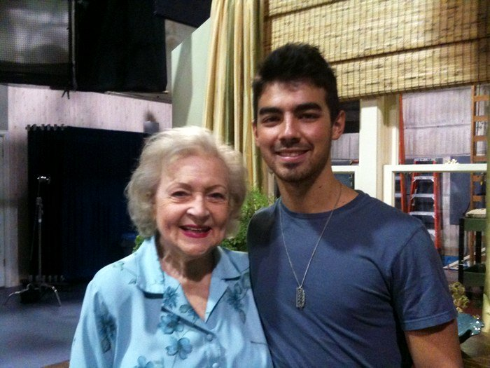 On-Set Pic: Joe Jonas and Betty White on 'Hot in Cleveland'
