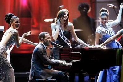 Video: John Legend and The Roots Sing at Miss Universe 2010