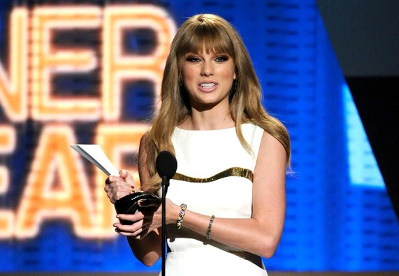 ACM Awards 2012: Taylor Swift Wins Entertainer of the Year, Gives Shout-Out to Cancer-Stricken Fan