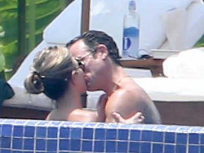 Jennifer Aniston and Justin Theroux Share Passionate Kiss During Romantic Mexico Getaway