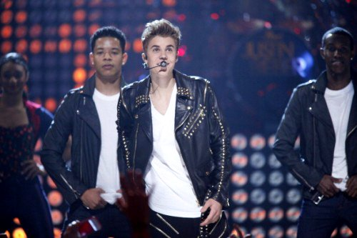 Video: Justin Bieber Performs 'Boyfriend' Unplugged During Power Outage at Apollo Gig