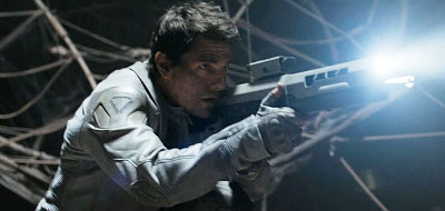 Tom Cruise fights alien in a futuristic world in 'Oblivion'