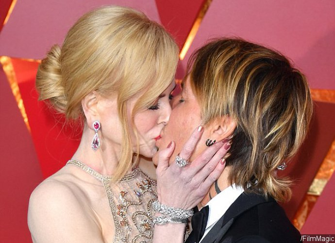 Nicole Kidman Passionately Kisses Keith Urban as He Naughtily Grabs Her Bum on Oscars' Red Carpet
