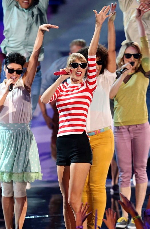Taylor Swifts Closes MTV VMAs With 'We Are Never Ever Getting Back Together'
