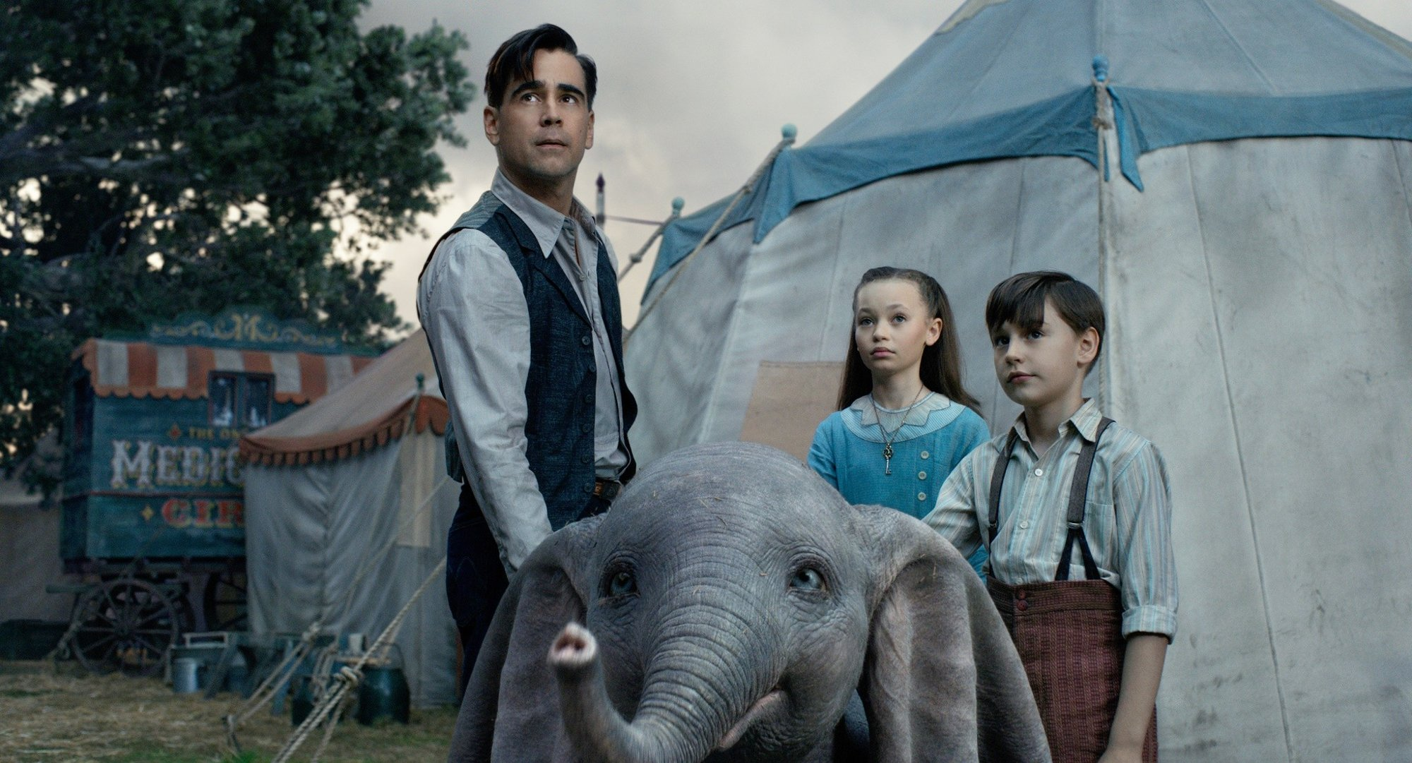 Colin Farrell, Nico Parker and Finley Hobbins in Walt Disney Pictures' Dumbo (2019)