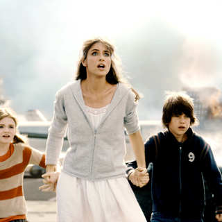 Morgan Lily, Amanda Peet and Liam James in Columbia Pictures' 2012 (2009) - 2012_2009_07