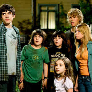 Carter Jenkins, Regan Young, Henri Young, Ashley Boettcher, Austin Butler and Ashley Tisdale in The 20th Century Fox's Aliens in the Attic (2009) - aliens_in_the_attic02