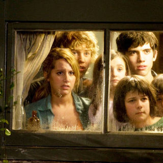 Ashley Tisdale, Austin Butler, Ashley Boettcher, Carter Jenkins, Regan Young and Henri Young in The 20th Century Fox's Aliens in the Attic (2009) - aliens_in_the_attic28