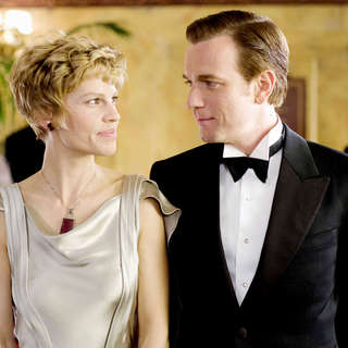 Hilary Swank stars as Amelia Earhart and Ewan McGregor stars as Gene Vidal in Fox Searchlight Pictures' Amelia (2009)
