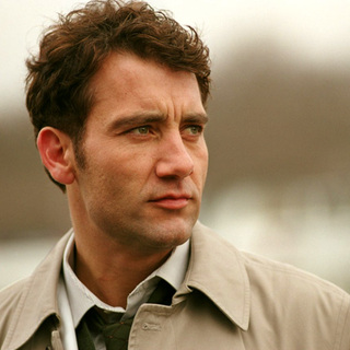 Clive Owen as Larry in Columbia Pictures' Closer (2004)