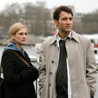 Julia Roberts and Clive Owen in Columbia Pictures' Closer (2004)