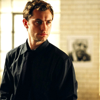 Jude Law as Dan in Columbia Pictures' Closer (2004)