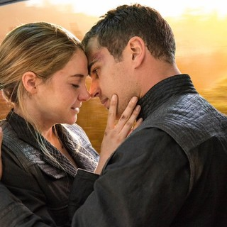 Shailene Woodley stars as Beatrice Prior/Tris and Theo James stars as Four in Summit Entertainment's Divergent (2014)