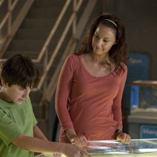 Nathan Gamble stars as Sawyer Nelson and Ashley Judd stars as Lorraine Nelson in Warner Bros. Pictures' Dolphin Tale (2011) - dolphin-tale-still02