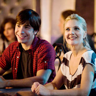 Justin Long stars as Garrett and Drew Barrymore stars as Erin in Warner Bros. Pictures' Going the Distance (2010) - going_the_distance07