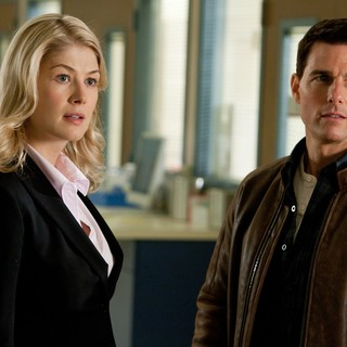 Rosamund Pike stars as Helen and Tom Cruise stars as Reacher in Paramount Pictures' Jack Reacher (2012)