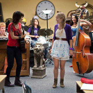 Adam Hicks, Hayley Kiyoko, Blake Michael, Bridgit Mendler and Naomi Scott in Disney Channel's Lemonade Mouth (2011)